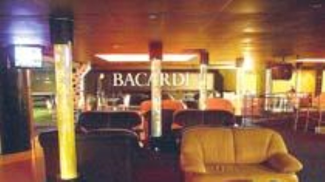 MUGAVUST JUURDE: Club Decolte rõhub külastaja mugavusele - püsti seismise asemel pakutakse istumiseks nahkdiivaneid. Uue sisekujunduse on loonud Martti Ruus ja Kaupo Paabo.