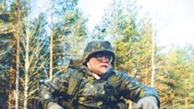 VÕTAB SÜÜDISTUS OMAKS: Peaminister Mart Laar tunnistas eile, et tõepoolest tulistati 1999. aasta aasta mais Meegomäe lahingukoolis Keskerakonna liidri Edgar Savisaare pildi pihta.