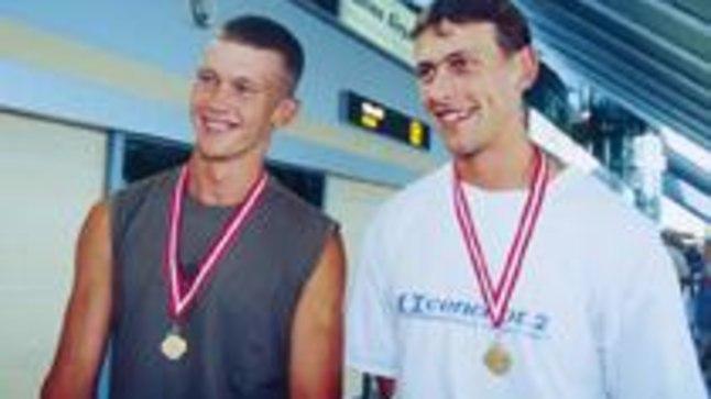 JÄLLE MEDALIPÄEV: Tallinna lennujaamas tehti taas pilte medalimeestest. Päev pärast judoka Aleksei Budõlinit poseerisid säravate autasudega Leonid Gulov (vasakul) ja Tõnu Endrekson.