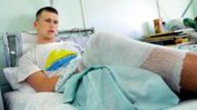 VIGASTATUD OPTIMIST: Leonid Gulov lubas Mustamäe haiglas lebades saatusest tugevam olla ja lootis, et saab veel sel suvel tugevasti sõuda.