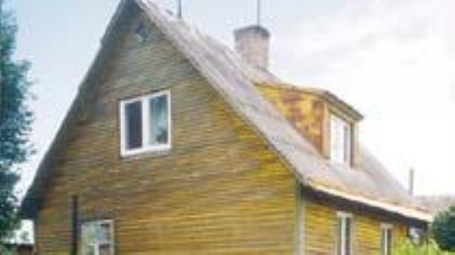 ÕNNETU MAJA: Naaber ütleb, et perekonnas tekitasid pingeid maja ostmiseks ja remontimiseks võetud laenud. Samas majas tappis Sergei eile öösel terve oma pere.