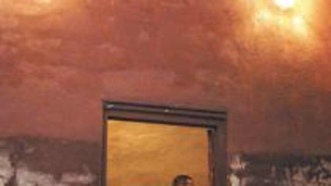 MAHALASKMISKAMBER: Sellest punaste seintega ruumist ei olnud surmamõistetul enam elusana teed uksest välja. Timukas tegi lasu kuklasse laudadest kuulipüüdja ees.
