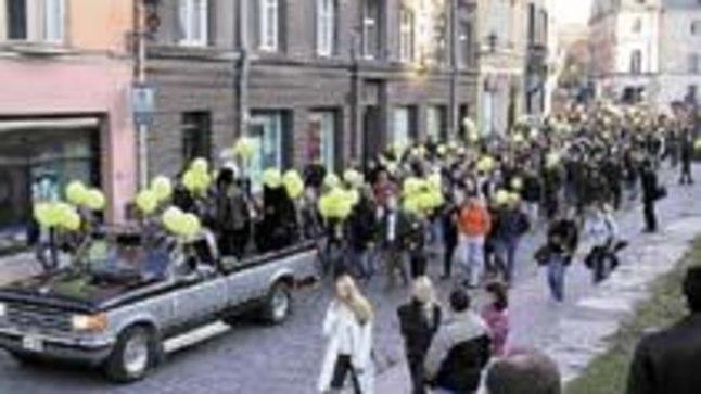 KEVADPÄEVAD ANNO 2002: Nagu alati avati tudengite kevadpäevad Vabaduse platsilt alguse saanud ja läbi linna kulgenud suure paraadiga.