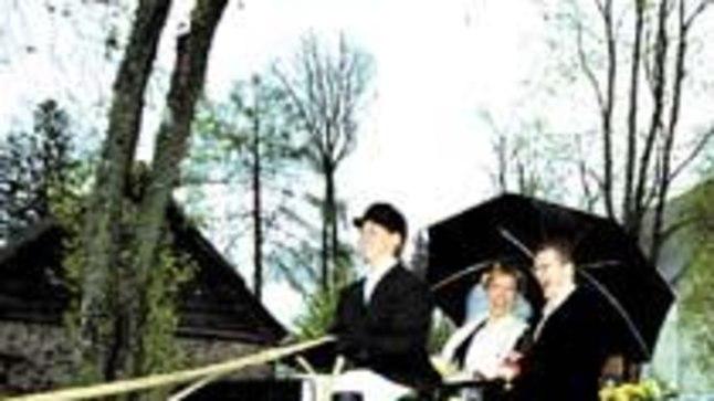 EESTI-LÄTI ÜHISPROJEKT: Mailis Rand ja Agris Repšs laulatati Suure-Jaani kirikus, kust hobukaarikuga läbi vihma Olustvere lossi pulmapidu pidama sõideti.