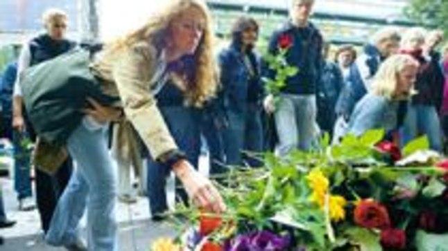 LEIN: Stockholmis tõid eile paljud rootslased mõrvatud välisministri Anna Lindhi mälestuseks NK kaubamaja juurde lilli.