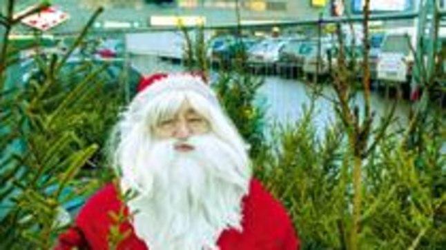 OSTA KUUSEPUU EHTSALT JÕULUMEHELT: Jõuluvana Johannese juures saab iga ostja oma kuuse ise ära mõõta.