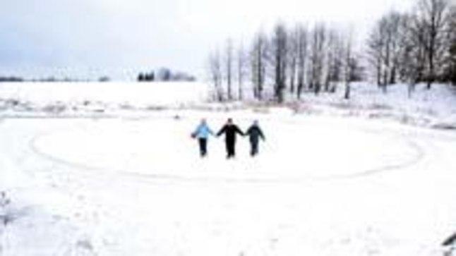 JÄÄRATAS: Nüüd hakkavad jääratta servad juba kinni külmuma, varem, kui ilmad olid soojemad, pöörles ratas vees.