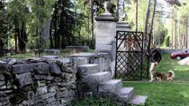 VÄRAVA ASEMEL KOOBAT: Kes otsustab väravast minna, peab selle enda järel hoolikalt sulgema. Kes jätab värava lahti, viiakse peagi sellest läbi.