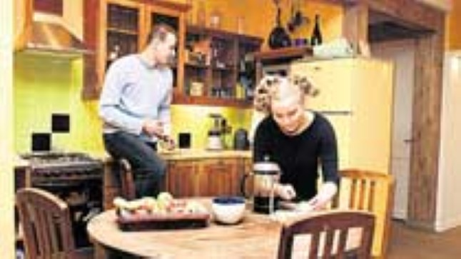 KODU JUBA LOODUD: Karin Lätsimi ja Rasmus Raski rajatud kodu sajandivanuses puumajas tunnistati konkursi «Kaunis kodu 2003» võitjaks.