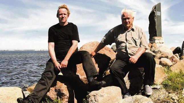 KAHEKSA SÕDURPOISI ELUPÄÄSTJAD: Kurkse sadamas ausamba juures kividel istuvad Hannes Kuusemäe ja tema isa Heino Kreintal aitasid kaheksal rahuvalvajal ellu jääda. Neljateistkümnele tuli aga püstitada mälestusmärk.