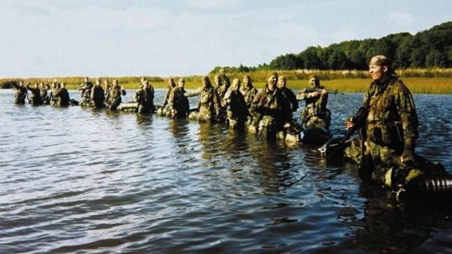 RAHUVALVAJATE SURMAMARSS: See foto on tehtud hetk enne seda, kui rahuvalvajad Kurkse väina ületama hakkavad. Ilm on veel ilus, vaikne, vesi põlvini. Kuid mõne tunni pärast on 22 eliitsõdurist alles vaid kaheksa.