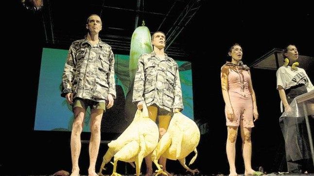 AGA KES VÄLJA MÕTLES? Näitleja Taavi Eelmaa (keskel) tunnistab, et stseeni kondoomi pakitud ja tagumikku topitud sinimustvalge lipuga mõtles välja tema.