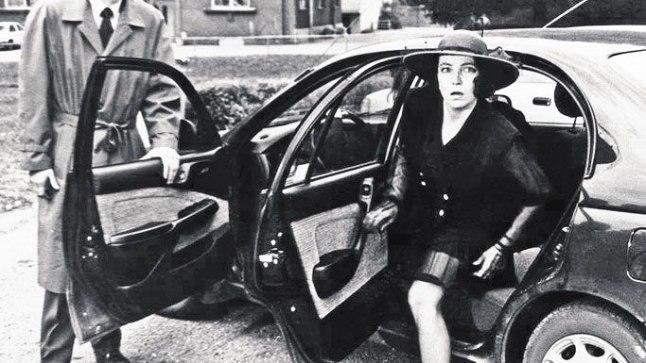 EESTI MAFFIA?: Otsekui «Ristiisa» filmist välja astunud Tõnu Oja avab autoukse Kersti Kreismannile alias Salmonite peretütrele Sirjele. Äsjaiseseisvunud Eestis luksusauto staatuses Toyotad, sponsoritelt laenatud kasukad, nahktagid ja telliskivisuurused mobiiltelefonid olid rikka ja ilusa elu sümboliteks.
