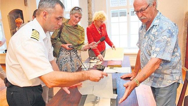 HARULDUS: Kapten Verner Puuranna poeg Hans Verner Puurand näitab Eesti mereväe ülemale Igor Schvedele Tallinna linnaarhiivile kingitud allveelaeva Kalev albumit.