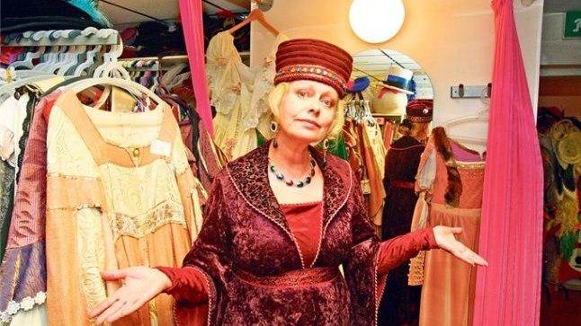 ELU KOSTÜÜMIDEGA: Merle Talvik on ametis kostüümilaenutuses Must Luik, kus leidub rõivaid igaks elujuhtumiks.