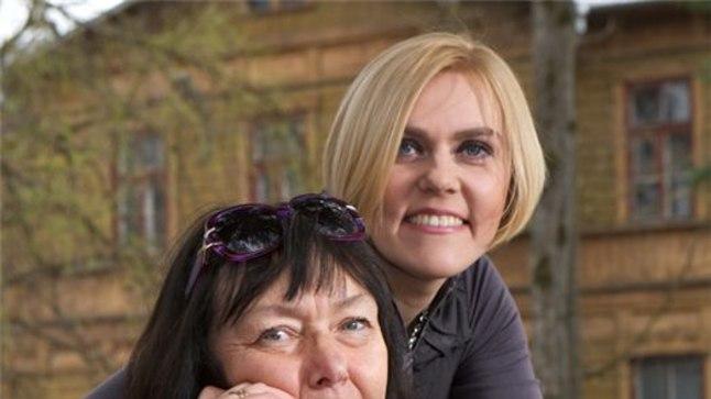 EMA JA TÜTAR: Riigikohtunik Julia Laffranque koos oma ema, kirjanik Maimu Bergiga Staadioni tänava pargis Vilde teatri ees. Julia lööb seal kaasa ema kirjutatud näidendis. Samas majas töötas kunagi tema isa, psühhiaater ja kirjanik Vaino Vahing.