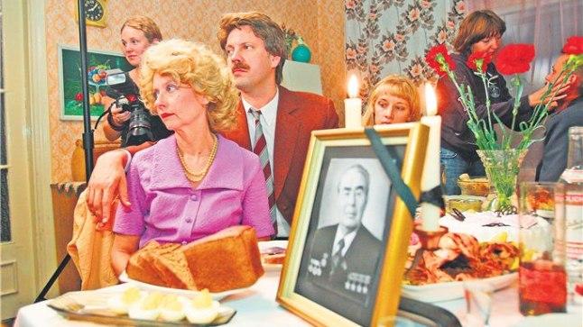 PIDULAUAST SAI PEIELAUD: Parteitöötaja Sirje (Laine Mägi) ja tema elukaaslane Ats (Mait Malmsten) on sunnitud korraga suurt teatrit kaasa mängima.