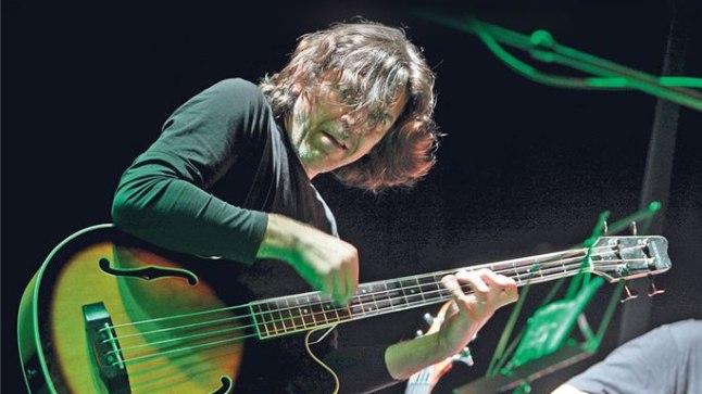 KOKKU KASVANUD: «Ajaga õpid selle pilli olemust ning võimalusi tundma ja hakkad teda armastama,» ütleb Raul Vaigla basskitarri kohta.