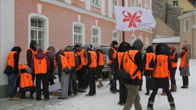 Täna hommikul Tallinna puistanud lumetuisk leevenes lõunaks nõnda, et Eesti HIV-positiivsete võrgustik sai riigikogu ees süünata 112 küünalt. Samasugust abi nagu ilmataadilt, ootavad nad ka riigijuhtidelt.