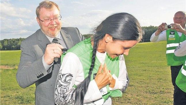 MÄLESTUSEKS: Oma helkurvestile said loodava hariduskeskuse patrooni ja kaitseministri Mart Laari allkirja nii motobandelased kui ka nende tagapinkidel sõitnud kaaslased.