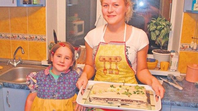 EESTLASTEL TOTAKAS MÕÕT: Kasuvennale Sergeile sünnipäevakooki tehes avastas Monika, et detsiliitrimõõdikuid sealses peres polegi. Pereema leidis selle peale, et päris totakas on kõiki asju detsiliitrites arvestada. Õekese Marinaga koos tehti kook ikka valmis.