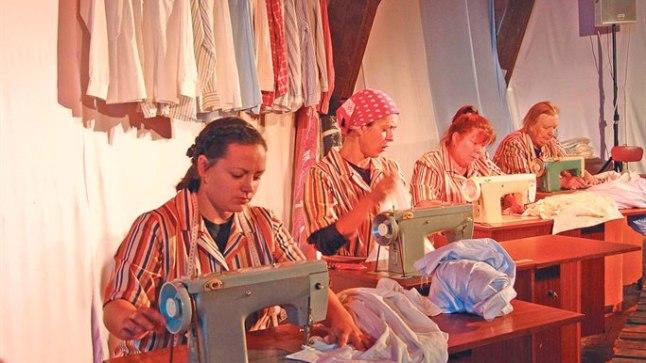 Vuristav nelik: Marin Mägi-Efert (esiplaanil), Ülle Lichtfeldt, Terje Pennie ja Ines Aru uhavad «Vabrikutüdrukutes» iiri töölisnaistena õmblusmasinaid kiunutada.