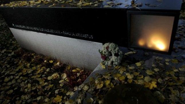 MÄLESTUSPAIK: Vaikuselaste rahupaiga mälestusmärgil Risti kirikaias on sõnad, mis ütlevad kõik: «Vaikuselaps, las valvab Su üle Valguse Vaim – rahu ja armastus». On vähe neid päevi, kui valguse kambris ei põle küünlad.