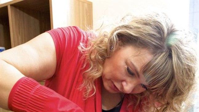 RITUAALNE PROTSEDUUR: Galina Ader kinnitab, et   verikupumassaaži tulemusi on märgata juba esimese korra järel.«Jätkuravina  võib ka lümfimassaaži teha,» ütleb ta.
