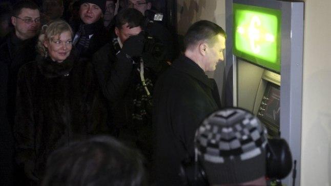 KUI VAJA, SIIS SAAB: Aasta tagasi eurole üle minnes ei peetud paljuks piduliku sündmuse tähistamiseks paigaldada Estonia teatri seina sisse lausa ajutine sularahaautomaat.