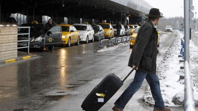 PÄÄSEVAD SISSE: Praegu sõidavad lepinguta taksod lennujaama ette mööda ühissõidukite rada ja peatuvad ülekäigurajal.