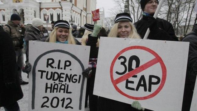 PROTESTEERIVAD: Tallinna Tehnikaülikooli üliõpilased Erle Ehas (vasakul) ja Johanna-Eliisa Servet tunnistavad, et ei kogunud möödunud semestril 30 EAPd, kuid töökoormus oli sellegi poolest suur. Õppekulude hüvitamiseks oleks vaja koguda semestris keskmiselt 30 EAPd.