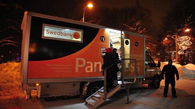 TÕHUS? Pangabuss üle-eelmisel aastavahetusel Tartu tänavail esimesi eurosid jagamas.