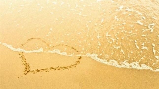 Süda liivale joonistatuna võib armastatule olla parim kink.