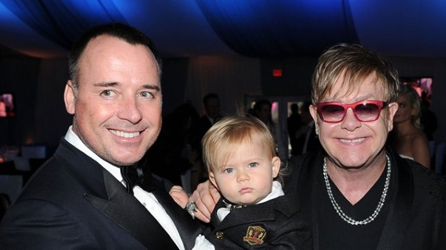 Elton John ja David Furnish oma poja Zacharyga.