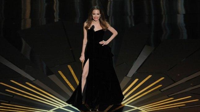 Angelina Jolie võttis Oscarite jagamisel sisse modellipoosi.