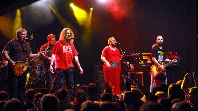 Rock Cafés laupäeva hilisõhtul täismajale antud kontserdil astusid külalisesinejatena lavale ka heliteose poolte lugude ehk viie laulu sõnade autor Aapo Ilves.