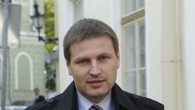 Sotsiaalminister Hanno Pevkur pareeris kõik opositsioonisaadikute alkoholi tarbimist ja kättesaadavust piiravad ettepanekud soovitusega, et tuleb ära oodata rohelise raamatu valmimine.