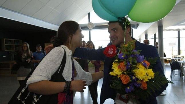 SOE VASTUVÕTT: Ühelt sõbrannapaarilt sai Ott kingiks viis õhupalli, mille ta omakorda meeneks lennujaama lae alla saatis.