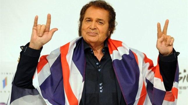 TÕSTAN KÄED JA ANNAN ALLA: Vanameister Engelbert Humperdincki hale läbikukkumine (12 punktiga eelviimane koht) on britid ahastusse ajanud. Juba nõutakse, et riiklik ringhääling BBC loobuks Eurovisionil osalemast.