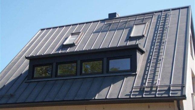Tipp-topp töö: Sellise kaldega katusel ei pääseks ilma korraliku redeli ega platvormita kuidagi korstnale ligi.