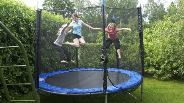 VÕRGUST ÜKSI EI PIISA: Mia ja Paula vanemad on mõelnud laste ohutusele – batuudil on alati kaitsevõrk ümber, aga sellegipoolest hoiavad nad hüppajatel alati ka silma peal.