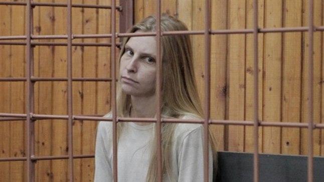 LASTETAPJA: Moskva lähistel Dolgo-prudnõis läinud pühapäeval kaks väikest poega 15. korruse rõdult alla tõuganud Galina Rjabkina (27) võeti kohtu otsusel eeluurimise ajaks vahi alla. Talle määrati ka kompleksne psühhiaatriline ekspertiis.