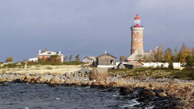 Mohni. Saarel on tuletorn ja liivarandu, seal elab ka majakavaht.