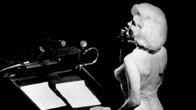 PALJU ÕNNE, HÄRRA PRESIDENT: John F. Kennedy kasutas 19. mail 1962 juhust, et ühendada oma lähenev sünnipäev kodupartei tulundusüritusega. Tulemuseks oli pompoosne galakontsert, mida nägid telerite vahendusel miljonid ameeriklased. Muide ka Marilyn Monroe, kes laulis presidendile kirest hõõguva õnnitluse, ostis kontserdile 1000dollarilise pileti.