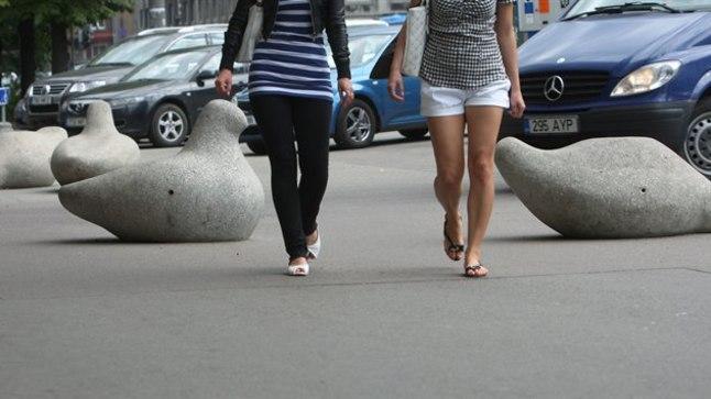 Kivituvi on ühte värvi kõnniteega ja nägemispuudega inimesele ohtlik.