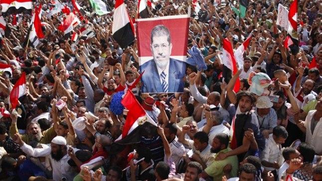 VÄGISTAJATE VÄLJAK: Egiptlased 24. juunil Kairos Tahriri väljakul tähistamas Moslemi Vennaskonna kandidaadi Mohamed Morsi võitu presidendivalimistel. Samal päeval langes seal loomastunud meestejõugu ohvriks nooruke Briti naiajakirjanik.