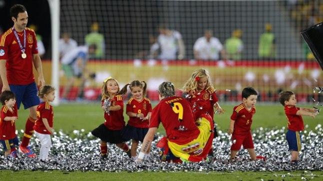 FERNANDO LASTEAED: Pärast lõpuvilet lubati Kiievi olümpiastaadionile kümmekond Hispaania pallurite last. Siin seltsib nendega turniiri suurim väravakütt Fernando Torres.