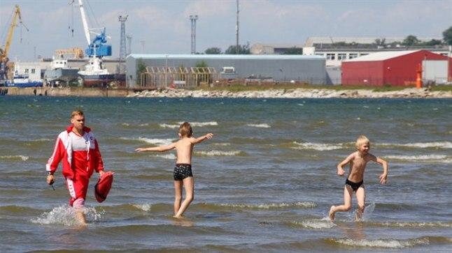 VESI ON KÜLM?:Rainerit ja Kristot kümnekraadine vesi ei häirinud, rannavalvur Daniel soovitas poistel siiski rannale lähemale tulla, et neid vajaduse korral lihtsam aidata oleks.