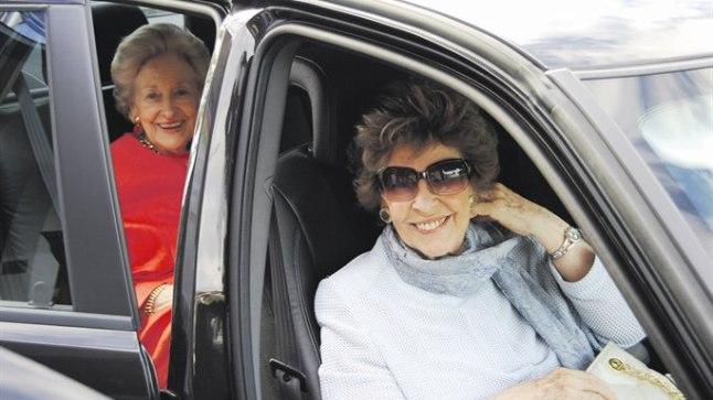 SÄRAVAD PROUAD: Õed Käbi Laretei (paremal) ja Maimu Laretei-Evequoz ühel viimastest suvepuhkustest Pärnus autosse istumas.