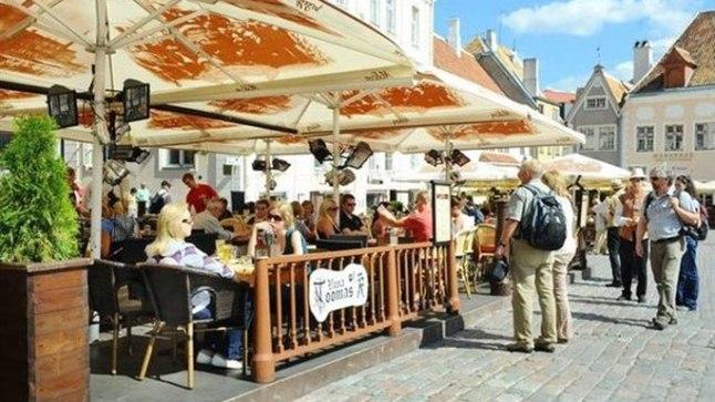 Vabaõhukohvik Tallinna Raekoja platsil.